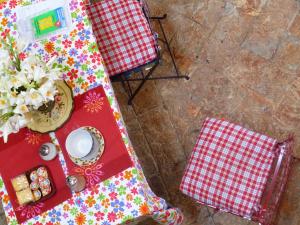 la colazione è servita su un tavolo con altre personebed and breakfast Contrada lunga abbadia lariana lakecomo