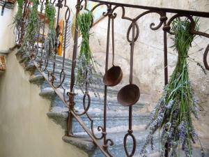 lavande fresche appese alla ringhiera della scala di sasso con mestoli antichibed and breakfast Contrada lunga abbadia lariana lakecomo