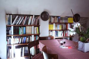 libreria con tavolo nella stanza del caminobed and breakfast Contrada lunga abbadia lariana lakecomo