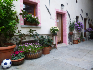 into the courtyard bed and breakfast long Contrada
