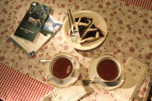 pausa te nel pomeriggio con fetta di tortabed and breakfast Contrada lunga