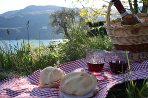 make a nice picnic on the lake bed and breakfast long Contrada